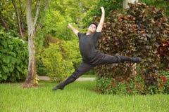 Baile masculino de la bailarina en el parque Foto de archivo libre de regalías