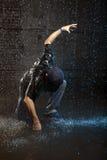 Baile masculino en lluvia Imagenes de archivo