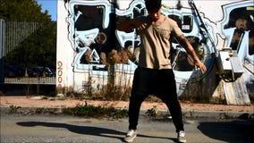 Baile masculino joven del bailarín del hip-hop afuera