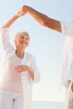 Baile mayor de los pares en la playa Imagen de archivo libre de regalías
