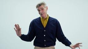 Baile mayor feliz del hombre en el fondo blanco almacen de metraje de vídeo