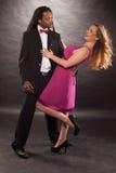 Baile mezclado joven lindo de los pares Fotos de archivo