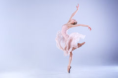 Baile moderno de la bailarina en el estudio Fotografía de archivo