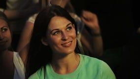 Baile moreno hermoso de la muchacha en el concierto metrajes