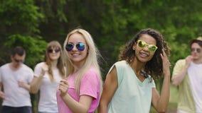Baile multicultural de la banda de las muchachas en la cámara durante la demostración al aire libre del talento, alegría almacen de video