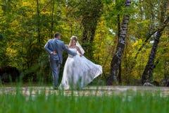 Baile nuevamente casado de la pareja en campo. fotografía de archivo libre de regalías