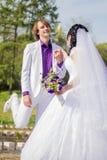 Baile nuevamente casado de los pares en campo outdoor Foto de archivo
