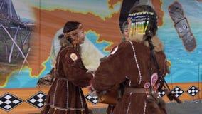 Baile para mujer en los habitantes indígenas Kamchatka de la ropa nacional almacen de metraje de vídeo