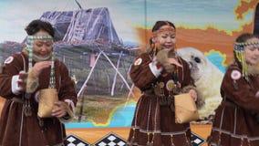 Baile para mujer en los habitantes indígenas Kamchatka de la ropa nacional almacen de video