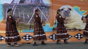 Baile para mujer en los habitantes indígenas Kamchatka de la ropa nacional metrajes
