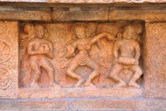 Baile para mujer a la música, adornos en el pedestal, complejo del templo de Airavatesvara, Darasuram, Tamil Nadu Foto de archivo