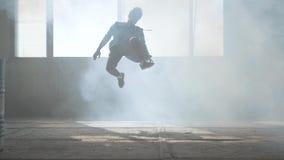 Baile perito del hombre joven en un edificio abandonado Cultivo de hip-hop ensayo contempor?neo almacen de metraje de vídeo