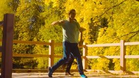 Baile profesional joven de los pares en el puente almacen de video