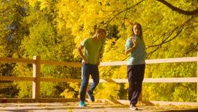 Baile profesional joven de los pares en el puente metrajes