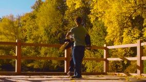 Baile profesional joven de los pares en el puente almacen de metraje de vídeo