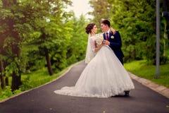 Baile que se casa a la pareja nuevamente al aire libre casada Foto de archivo libre de regalías