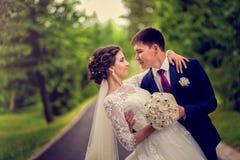Baile que se casa a la pareja nuevamente al aire libre casada Fotografía de archivo
