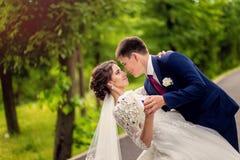 Baile que se casa a la pareja nuevamente al aire libre casada Imagenes de archivo
