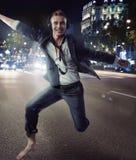 Baile relajado sonriente del hombre en un centro de la ciudad Imagenes de archivo
