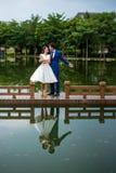 Baile romántico de los pares por el lago fotos de archivo