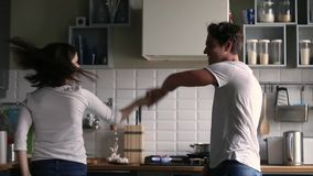 Baile romántico divertido feliz de los pares a la música en la cocina metrajes