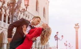 Baile romántico de los pares en la calle en Venecia Imagen de archivo