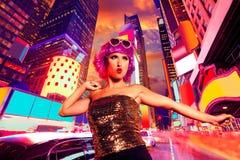 Baile rosado de la peluca de la chica marchosa en el Times Square de NYC Fotografía de archivo