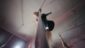Baile rubio atractivo en el polo en el estudio de la danza almacen de video