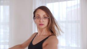 Baile rubio hermoso joven de la bailarina de la mujer en el estudio Giro alrededor almacen de metraje de vídeo