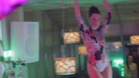 Baile rubio y moreno atractivo en la barra del club, ligón de la cámara almacen de video