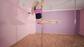 Baile sensual de la muchacha con el polo en el estudio almacen de video