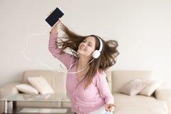 Baile sonriente de los auriculares de la mujer de Melomane que lleva, escuchando Imágenes de archivo libres de regalías