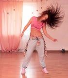 Baile sonriente lindo flexible hermoso de la chica joven en la danza Foto de archivo