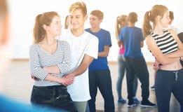 Baile sonriente positivo de la gente de la danza del socio Foto de archivo libre de regalías