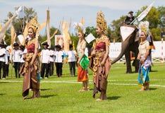 Baile tailandés no identificado de los bailarines Juegos del polo del elefante durante partido 2013 del polo del elefante de la t Imágenes de archivo libres de regalías