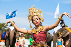 Baile tailandés no identificado de los bailarines Juegos del polo del elefante durante partido 2013 del polo del elefante de la t Imagenes de archivo