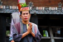 Baile tradicional del bailarín de Batak en la isla de Samosir Foto de archivo libre de regalías