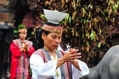 Baile tradicional del bailarín de Batak en la isla de Samosir Fotografía de archivo libre de regalías