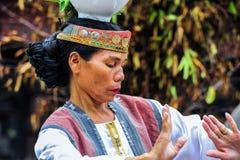 Baile tradicional del bailarín de Batak en la isla de Samosir Imagenes de archivo