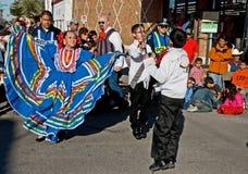 Baile a través de la calle Fotos de archivo
