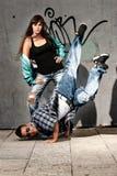 Baile urbano joven del salto de la cadera de los bailarines de los pares urbano Fotos de archivo