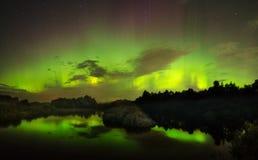 Baile verde y rojo hermoso de la aurora Fotos de archivo