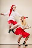 Baile y salto activos felices de los pares Imágenes de archivo libres de regalías
