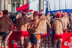 BAIN 2015, BARCELONE, port Vell de PORT de JOUR de NOËL - 25 décembre : Nageurs dans des chapeaux de Santa Claus préparés pour le Photo libre de droits