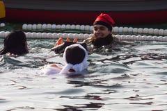 BAIN 2015, BARCELONE, port Vell de PORT de JOUR de NOËL - 25 décembre : Nageurs dans des chapeaux de Santa Claus préparés pour le Images stock