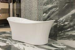 Bain blanc dans le magasin de bâtiment Bains dans le magasin de tuyauterie Boutique de génie sanitaire Salles de bains blanches Photo libre de droits