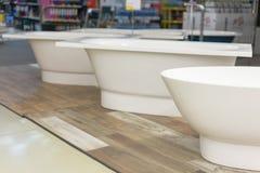 Bain blanc dans le magasin de bâtiment Bains dans le magasin de tuyauterie Boutique de génie sanitaire Salles de bains blanches Images libres de droits