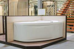 Bain blanc dans le magasin de bâtiment Bains dans le magasin de tuyauterie Boutique de génie sanitaire Salles de bains blanches c Images libres de droits
