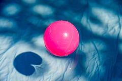 Bain coloré de boules dans une petite piscine Image stock