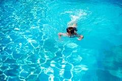 Bain d'enfant dans la piscine à l'hôtel Vue de ci-avant photographie stock libre de droits